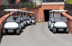 Weiße Golfmobile bereit zum T-Stück-weg lizenzfreies stockbild