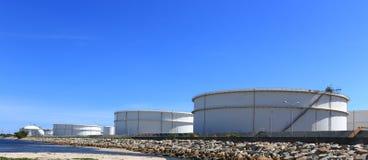 Weiße große Sammelbehälter unter einem blauen Himmel stockfoto