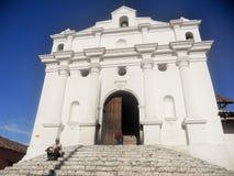 Weiße guatemaltekische Kirche mit Steinschritten Stockbild