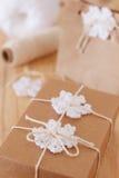 Weiße Häkelarbeitschneeflocken für Weihnachts-Dekoration von Papier-packa Lizenzfreies Stockbild