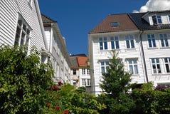 Weiße Häuser in Bergen stockfotos