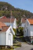 Weiße Häuser des Küstendorfs HjelmelandsvÃ¥gen Stockfotos
