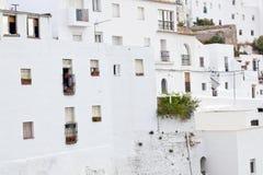 Weiße Häuser mit Fenstern Stockbilder