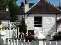 Weiße Häuser in Schottland stockfotos