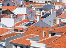 Weiße Häuser und rote Ziegeldächer Stockbilder