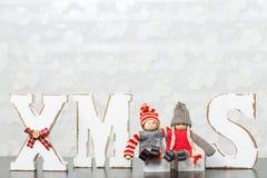 Weiße hölzerne Buchstaben auf dem braunen Holztisch, der Esprit des Wortes Weihnachten bildet Lizenzfreies Stockbild