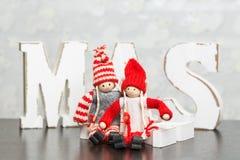 Weiße hölzerne Buchstaben auf dem braunen Holztisch, der Esprit des Wortes Weihnachten bildet Stockfotografie