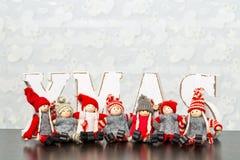 Weiße hölzerne Buchstaben auf dem braunen Holztisch, der Esprit des Wortes Weihnachten bildet Stockbilder