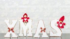 Weiße hölzerne Buchstaben auf dem braunen Holztisch, der Esprit des Wortes Weihnachten bildet Lizenzfreie Stockfotografie