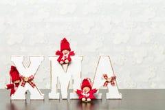 Weiße hölzerne Buchstaben auf dem braunen Holztisch, der Esprit des Wortes Weihnachten bildet Stockbild