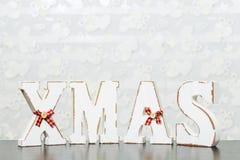 Weiße hölzerne Buchstaben auf dem braunen Holztisch, der Esprit des Wortes Weihnachten bildet Lizenzfreie Stockfotos