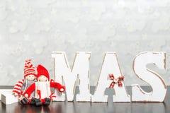 Weiße hölzerne Buchstaben auf dem braunen Holztisch, der Esprit des Wortes Weihnachten bildet Lizenzfreies Stockfoto