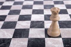 Weiße hölzerne Königin auf Schachbrett Stockfotos