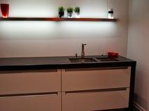 Weiße hölzerne Küche der modernen modischen Auslegung Lizenzfreie Stockbilder