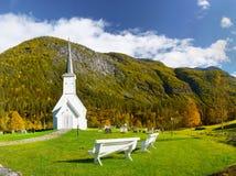 Weiße hölzerne Kirche, Berge, Park Stockfotografie
