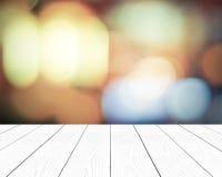 Weiße hölzerne Perspektive und unscharfer abstrakter Hintergrund mit boke Stockfoto