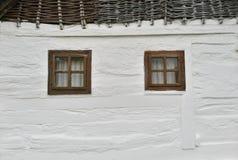 Weiße hölzerne Wand mit Fenstern lizenzfreie stockfotos