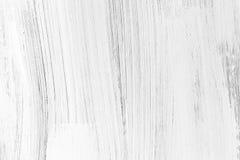 Weiße hölzerne Wand, vertikale Bürstenanschläge stockbild