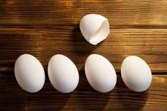 Weiße Hühnereien auf einem Holztisch frech stockfotos