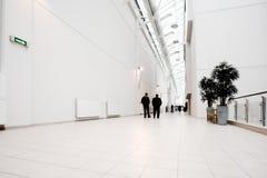 Weiße Halle der Büromitte Stockfoto