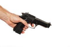 Weiße Hand, die ein Gewehr auf einem weißen Hintergrund hält Stockbild
