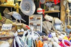 Weiße handgemachte Andenken auf Stall am Riga-Weihnachtsmarkt Stockbilder