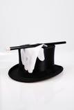 Weiße Handschuhe über einem magischen Hut Stockbild
