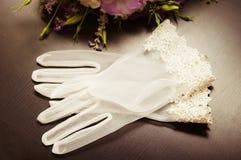 Weiße Handschuhe für die Braut Stockfotografie