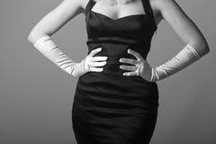 Weiße Handschuhe, schwarzes Kleid Stockfotografie