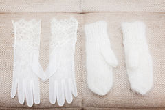 Weiße Handschuhe und Handschuhe auf Gray Textile lizenzfreie stockfotos