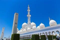 Weiße Hauben der Moschee - Abu Dhabi - Shaiekh Zayed Lizenzfreie Stockbilder
