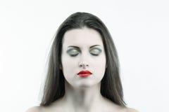 Weiße Hautfrau mit den Augen geschlossen Stockfoto