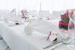 Weiße Heirats- verzierte Hochzeitstafel mit Serviette Stockfotografie