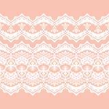 Weiße Heiratsspitze auf einem Pfirsichhintergrund lizenzfreie abbildung