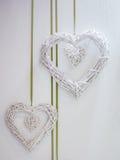 Weiße Herzen gemacht vom gesponnenen Strohhängen Stockfoto
