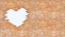 Weiße Herzform der Weinlese auf Backsteinmauer Art und copyspace Gebrauch für Liebe und Stockfotografie