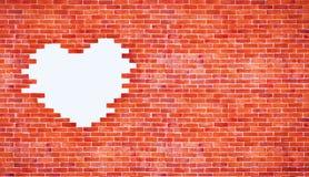 Weiße Herzform der Weinlese auf Backsteinmauer Art und copyspace Gebrauch für Liebe und Lizenzfreie Stockfotos