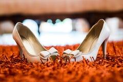 Weiße Hochzeit beschuht das Gegenüberstellen Lizenzfreie Stockfotografie