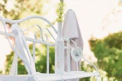 Weiße Hochzeits-Dekoration mit Flasche Stockbilder