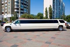 Weiße Hochzeits-Limousine. Ornated mit Blumen Stockfoto
