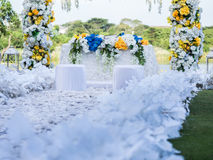 Weiße Hochzeits-Tor-Dekoration Lizenzfreie Stockbilder