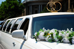 Weiße Hochzeitslimousine mit Blumen Stockbilder