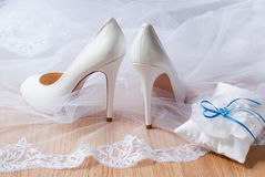 Weiße Hochzeitsschuhe. Stockbild