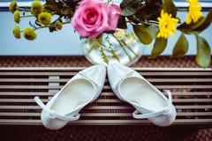 Weiße Hochzeitsschuhe stockfotos