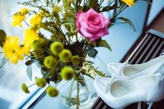 Weiße Hochzeitsschuhe lizenzfreie stockfotografie
