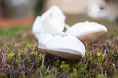 Weiße Hochzeitsschuhe Lizenzfreies Stockfoto