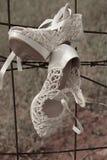 Weiße Hochzeitsschuhe stockfotografie