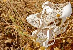 Weiße Hochzeitsschuhe lizenzfreie stockbilder