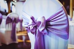 Weiße Hochzeitsstühle lizenzfreies stockbild