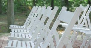 Weiße Hochzeitsstühle Draußen Hochzeitszeremonie Hochzeit gegründet im Garten stock video